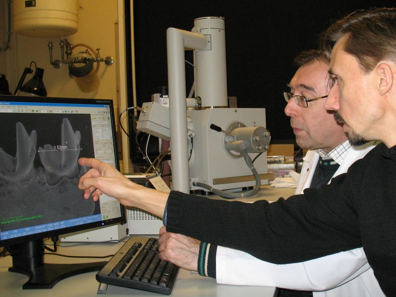08 Thierry Smith (front) and technician Julien Cillis (back) taking SEM pictures and measurements of a small Paleocene mammal jaw with a Scanning Electron Microscope