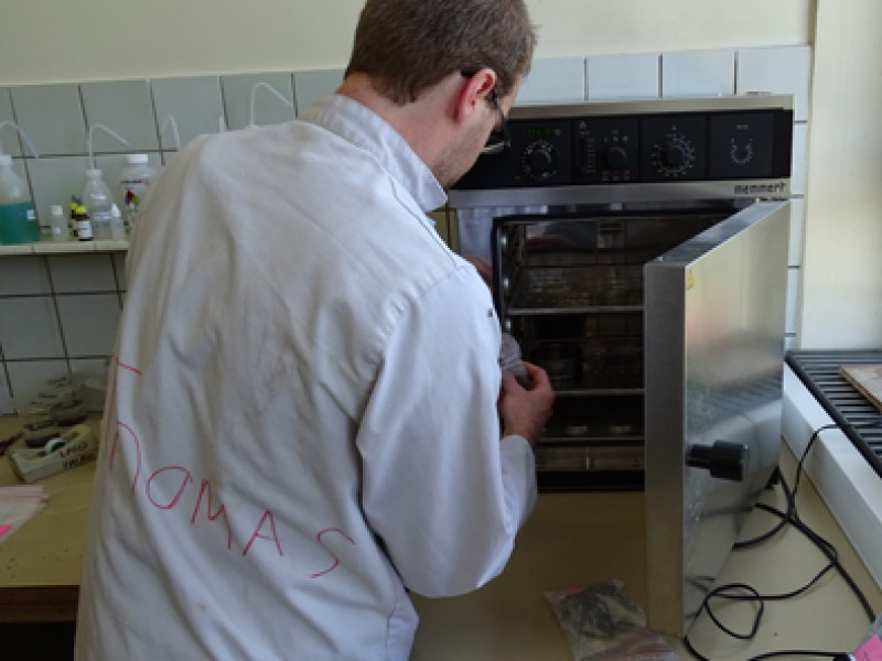 01 Thomas Steeman drying the palynological samples in an oven
