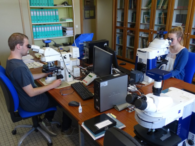 05 Researchers Thomas Steeman (left) and Julie De Weirdt (right) at microscopy lab of the Research Unit