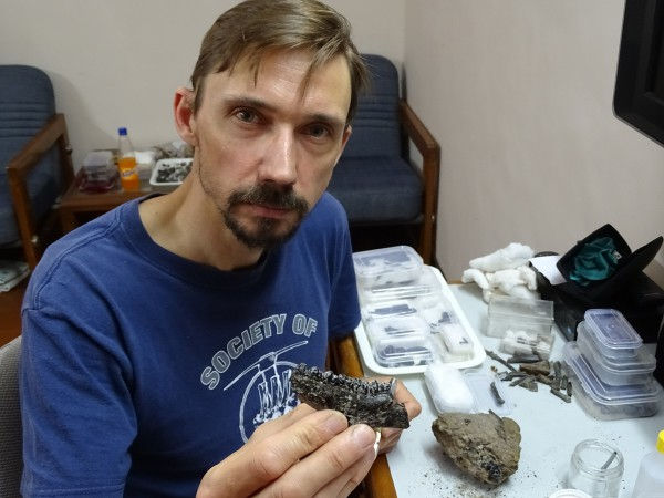 10 Thierry Smith (RBINS) preparing a nice Cambaytherium jaw in the guesthouse