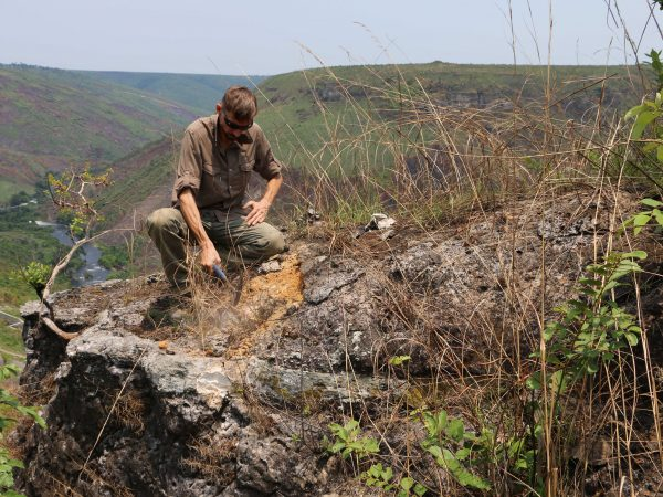 20 Thierry Smith (RBINS) collecting samples at the top of the cliffs of the Batéké plateau near the Maidombe River