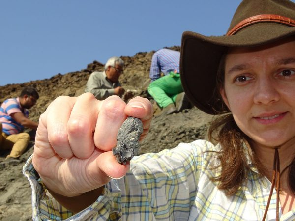 02 Annelise Folie shows a vertebra of the aquatic snake Palaeophis found by Raman Patel (back left)