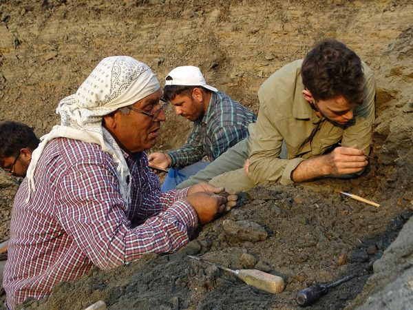 05 Rana (front left), Nathan (front right), Raman (back left), and Waqas (back right) carrefuly scrute the sediment of a new coarsy lens found 200 m far from the channel