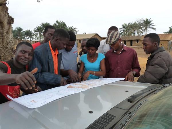 12 Nicole Kitambala Yaya (CRGM) tries to relocate old fossil localities with inhabitants