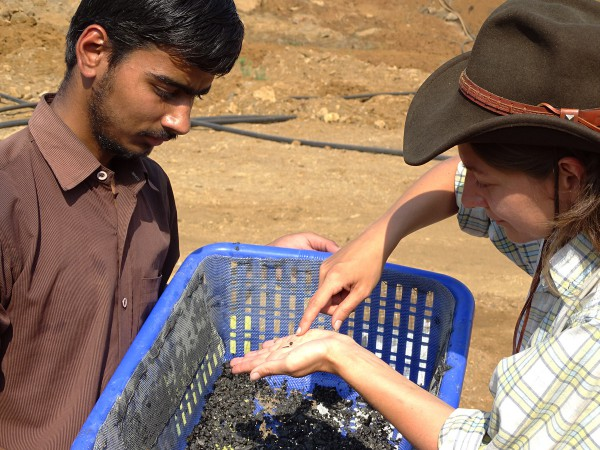 06 Annelise Folie (RBINS) teaching Master student Abisek (Garhwal Univ.) for collecting microvertebrates by the screen-washing technique