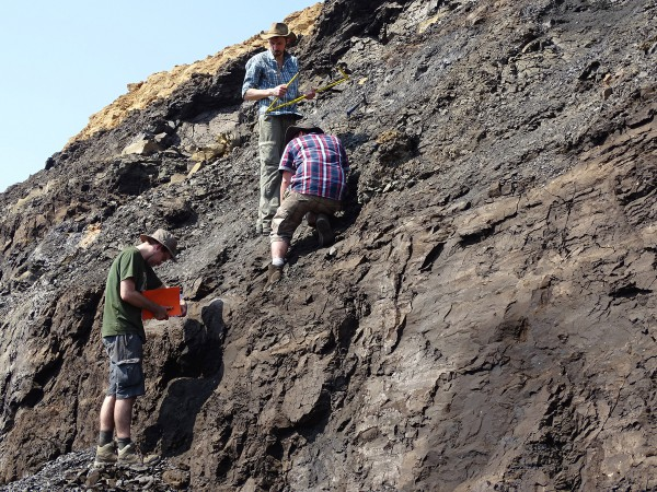 07 From down to up: Thomas Steeman (UGhent), Corentin Noiret (UNamur) and Thierry Smith (RBINS) measuring the different layers and sampling for isotope and palynological analyses